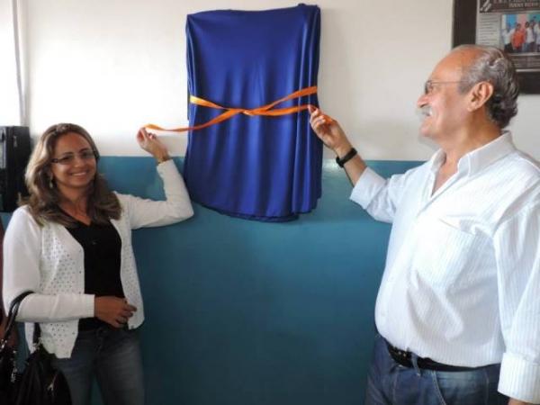 Prefeito Paulo Gomes entrega escola reformada em Areia (PB)