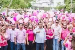 Multidão participa de caminhada contra o câncer de mama em Taboão da Serra