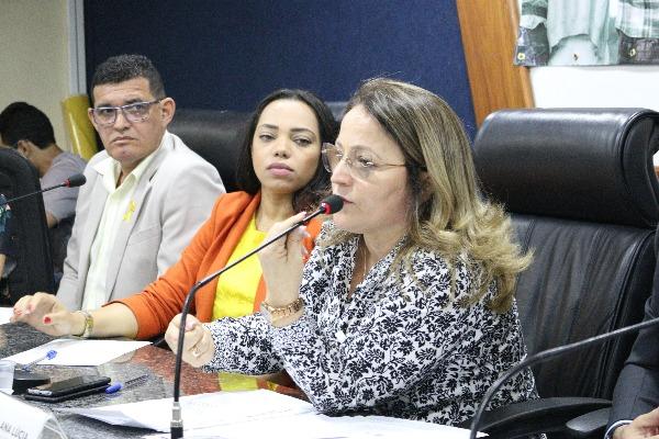 Professora Ana Lúcia promove debate sobre prevenção ao suicídio