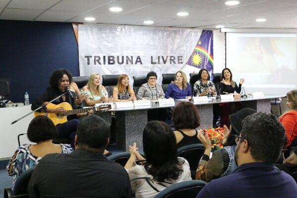 """Vereadora realiza """"Tribuna Livre"""" na Câmara do Recife"""