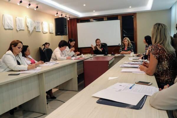 Professora Nilse prepara atividades para a campanha Outubro Rosa no Pará