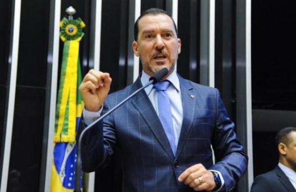 Projeto de lei de Vinicius Carvalho veta reconhecimento da 'União Poliafetiva'