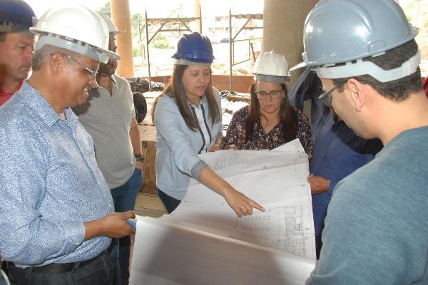 Renata Sene vistoria obras da UPA e do novo prédio da Prefeitura
