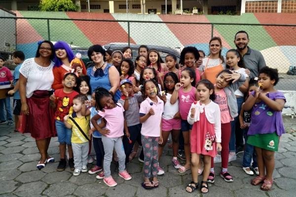 Vereador leva entretenimento para crianças de Embu das Artes