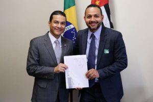Ricardo Almeida agrade emenda de Marcos Pereira para Embu das Artes