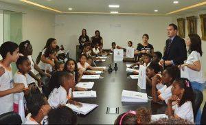 ricardo-evangelista-prb-recebe-alunos-do-projeto-escola-da-democraia-foto-wilian-costa-30-03-17-02