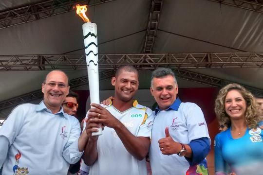 Ricardo Fonseca prestigia passagem da Tocha Olímpica em Serra