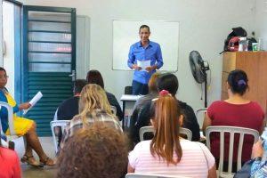 Ricardo Quirino ministra palestra para estudantes do curso de cuidadores de idosos