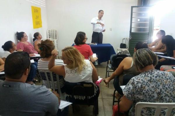 Quirino promove palestra para alunos do curso de cuidadores em idosos em Goiânia
