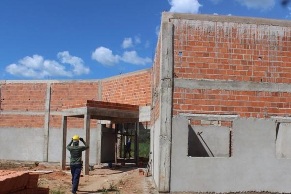 Prefeito Roberth Coelho vistoria obras de escola em povoado de Tasso Fragoso