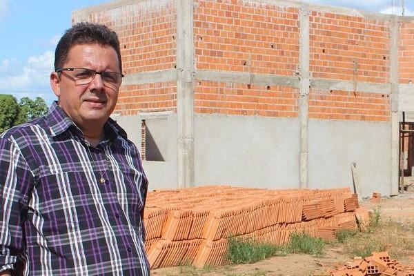 Dr. Roberth vistoria obras de escola em povoado de Tasso Fragoso (MA)