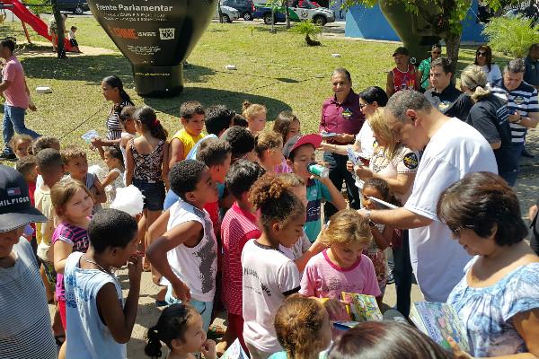 """Em meio à criançada, Roberto Alves distribui gibi """"Roberto e sua turma"""" com orientações para evitar os crimes praticados contra os pequenos"""