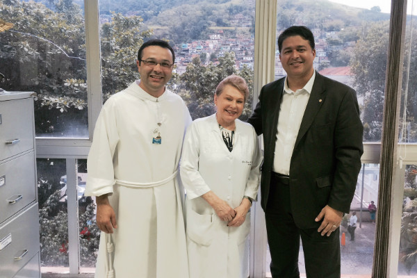 Roberto Sales visita hospital de transplantes no RJ