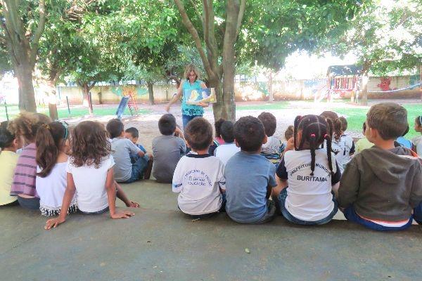 Histórias levam crianças ao mundo da imaginação em Buritama (SP)