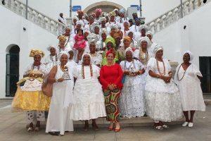 Rogéria Santos homenageia as baianas do acarajé em Salvador