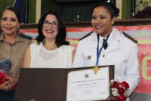 Rogéria Santos presta dupla homenageia às bombeiras militares em Salvador (BA)