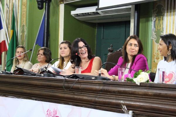Rogéria Santos realiza sessão especial em homenagem as mães em Salvador