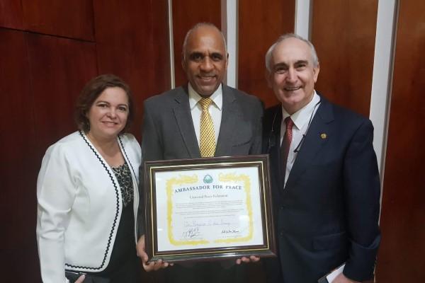 Rogério Cruz recebe diploma de Embaixador da Paz