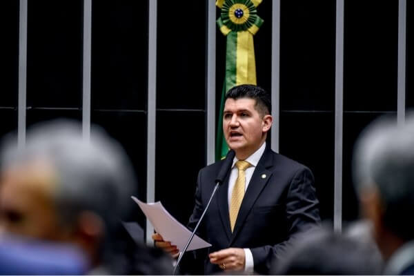 Ronaldo Martins toma posse e Republicanos chega a 32 deputados federais