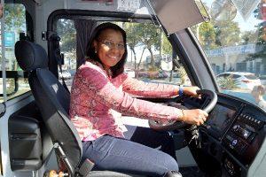 Rosangela Gomes entrega ônibus para assistência social de Duque de Caxias
