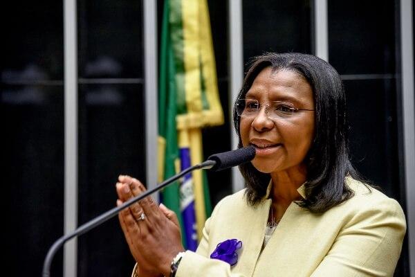 Rosangela Gomes vota a favor de projetos para minimizar efeitos da Covid-19