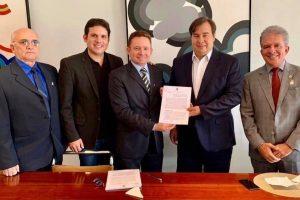 Sales Júnior assina convênio que permitirá transmissão da TV Câmara em Patos