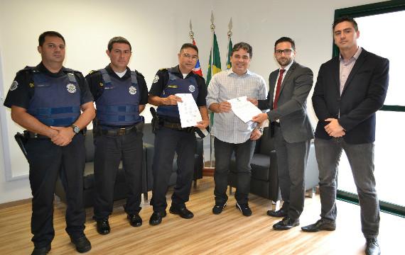 Sandro Caprino recebe Estatuto da Guarda Municipal de Paulínia