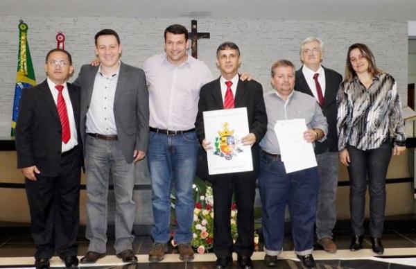 sebastião-santos-recebe-título-de-cidadão-tatuíano-01-07-14