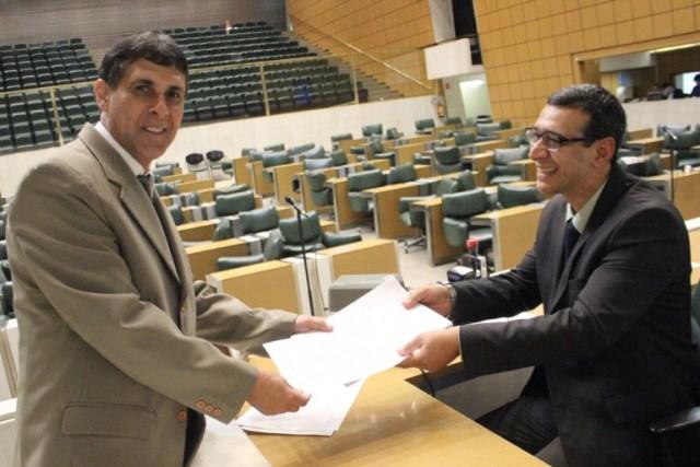 Sebastião Santos entrega pedido de declaração de utilidade pública para Casa do Oleiro de Barretos