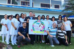 Sergio Motta comemora Dia das Mães em asilo de Florianópolis (SC)