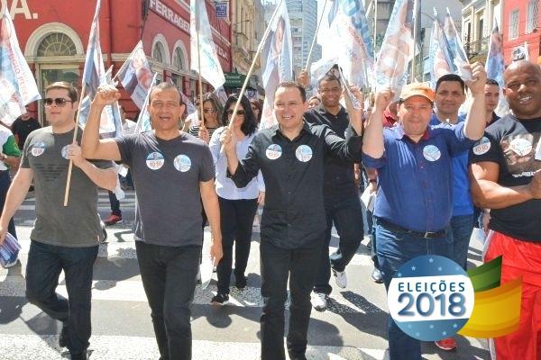 Sérgio Peres e Carlos Gomes fazem caminhada com apoiadores no centro de Porto Alegre