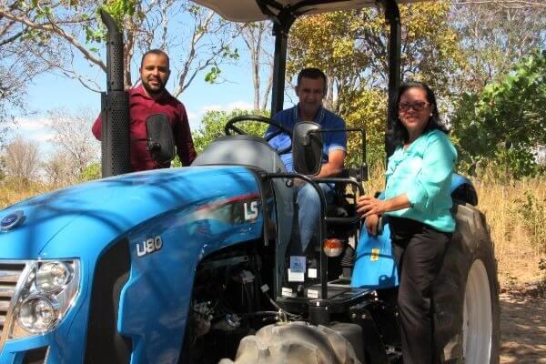 Silma Alves participa da entrega de equipamentos agrícolas em Barreiras