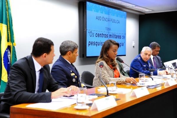 Tia Eron debate com militares o desenvolvimento científico e tecnológico das Forças Armadas