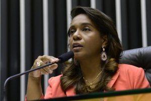 Tia Eron recebe Prêmio Internacional Mulher Negra destaque na América Latina
