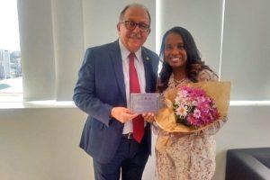 Tia Eron recebe homenagem por sua luta em favor das mulheres
