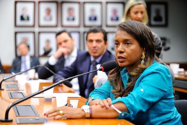 Tia Eron quer que estabelecimentos divulguem número para denúncias de violência contra a mulher