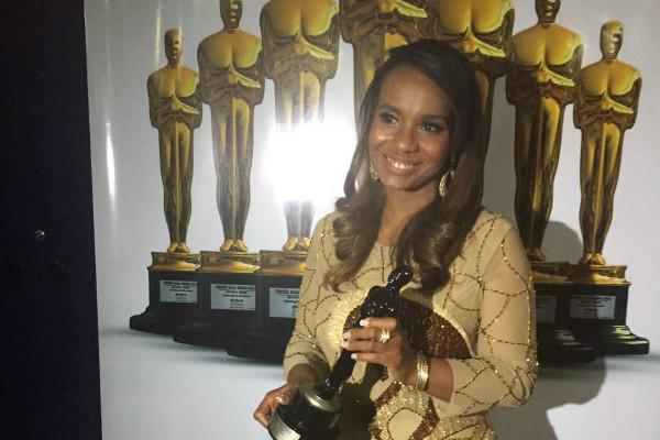 Tia Eron recebe Troféu Raça Negra 2016 em noite de festa em São Paulo