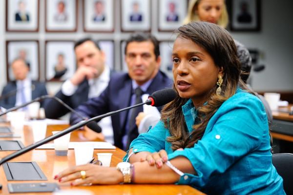 Tia Eron destaca importância de legislaçãoque incentiva ações contra obullying