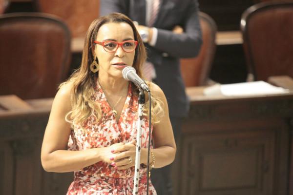 Tia Ju se emociona ao lembrar as dificuldades vividas pelos servidores do Rio