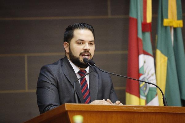 Tiago Ilha presta homenagem ao músico Alexandre Batisti na câmara de Farroupilha (RS)