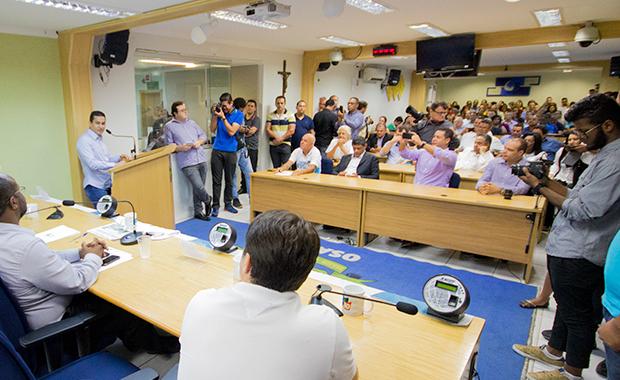 Pereira discursa para uma Câmara lotada: prestígio