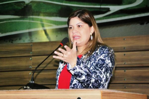 Aline Gurgel cobra urgência do Executivo para aquisição de uniforme escolar