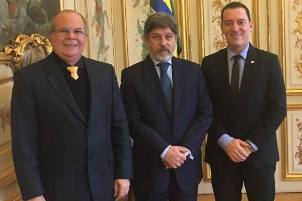 Vinicius Carvalho agradece embaixador pela recepção durante missão oficial na França