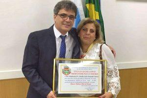 Câmara homenageia professora pelos 31 anos de dedicação à educação de São Gonçalo