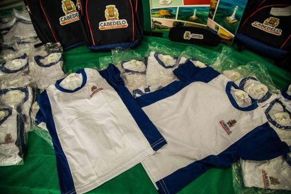 Prefeito Vitor Hugo entrega kits e fardamento escolar a alunos de Cabedelo