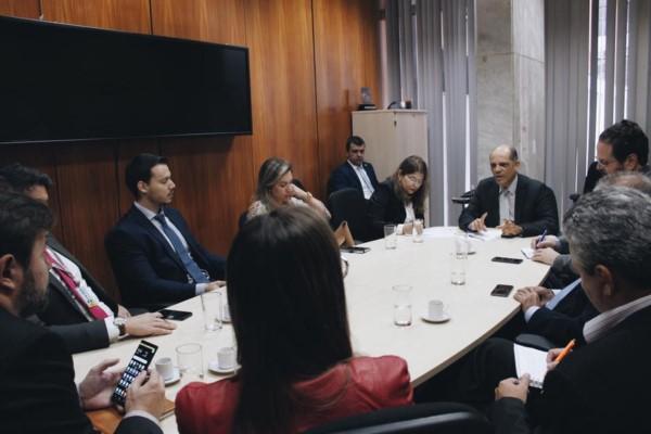 Vitor Paulo busca parceria para implementação de projetos de conectividade nas escolas do DF