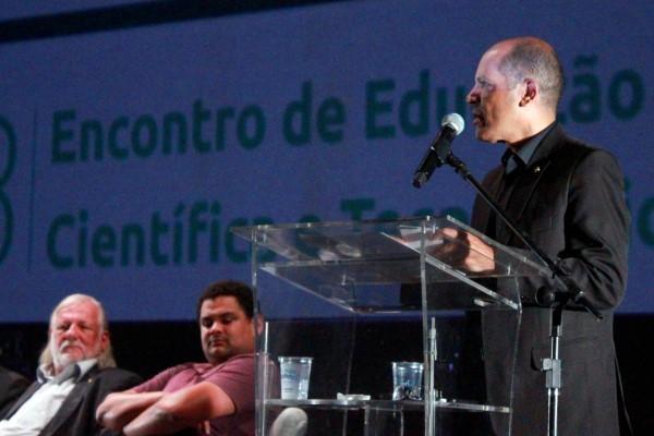 """""""A educação é a base para o desenvolvimento"""", afirma Vitor Paulo"""