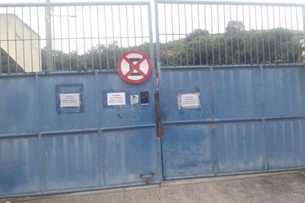 Placa de proibido estacionar é instalada em portão de escola em Volta Redonda