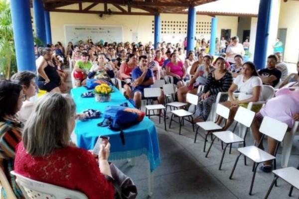 Weber Araújo entrega mochilas e sandálias para alunos da rede pública de Russas (CE)