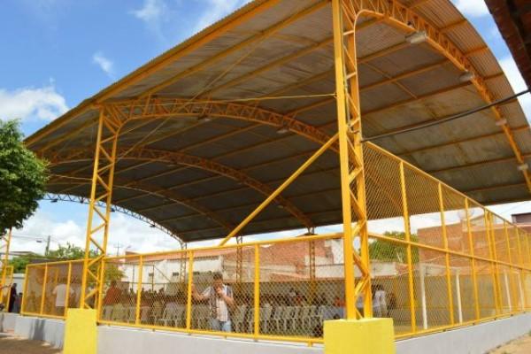 Prefeito Weber Araújo reinaugura quadra poliesportiva do CRAS do Planalto